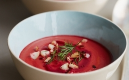 Rødbete Tomat og Macadamian Suppe