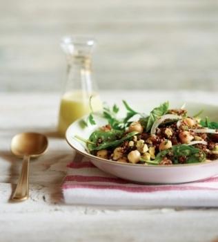 Quinoasalat med pistasjnøtter og dadler
